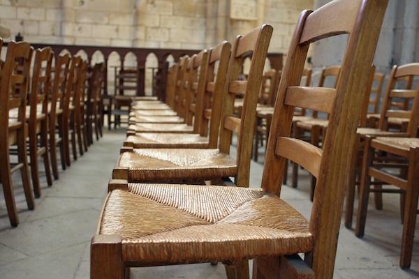 Chaises dans une église vide